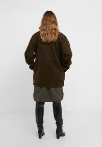Han Kjøbenhavn - DESK JACKET - Short coat - army - 2