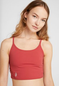 Free People - FP MOVEMENT REVELATION CROP - Linne - red - 3
