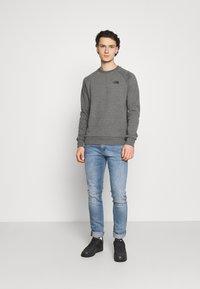 The North Face - RAGLAN REDBOX CREW NEW  - Sweatshirt - medium grey heather - 1