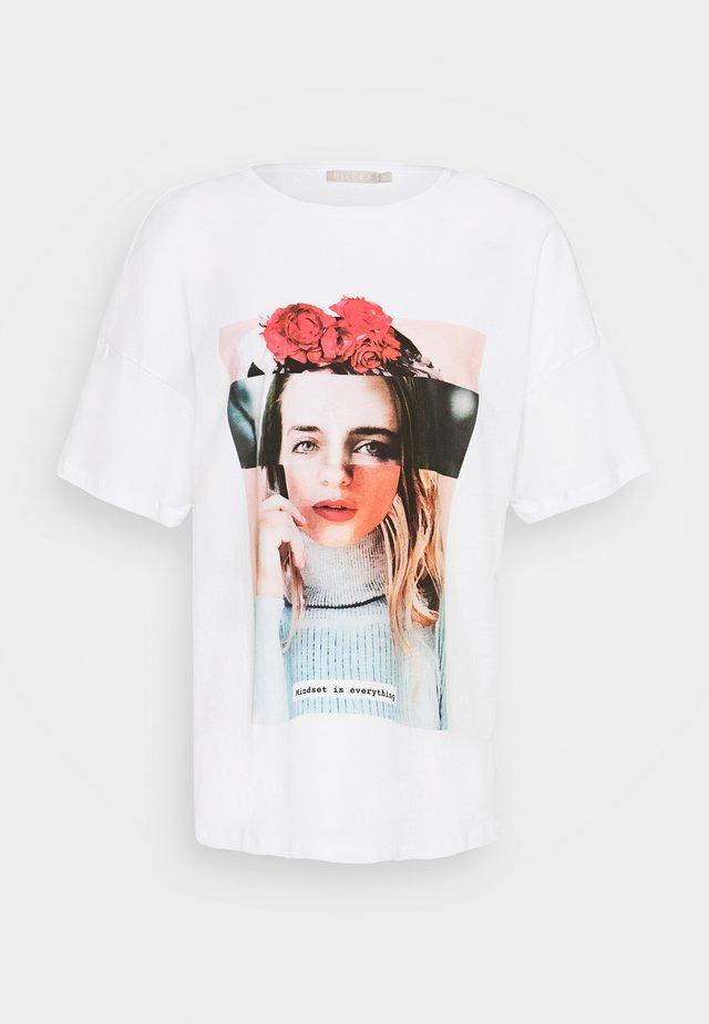 PCVICKI OVERSIZED TEE - T-shirts med print - bright white