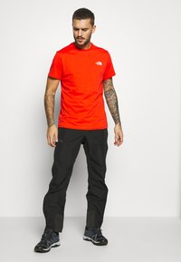 The North Face - MENS SIMPLE DOME TEE - T-shirt basic - fiery red - 1