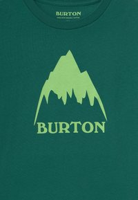 Burton - CLASSIC MOUNTAIN HIGH UNISEX - Triko s potiskem - antique green - 2