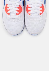 Nike Sportswear - AIR MAX 90 - Sneakersy niskie - white/racer blue/flash crimson - 5