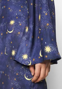 Never Fully Dressed Petite - HIGH NECK MINI MOON AND STARS DRESS - Etui-jurk - navy/multi - 5