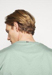 Les Deux - ENCORE  - Print T-shirt - iceberg green/navy blue - 4