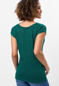 zero - MIT WASSERFALLAUSCHNITT - Basic T-shirt - green - 2