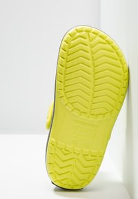 Crocs - CROCBAND UNISEX - Zuecos - citrus/grey - 4