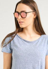 Le Specs - NO SMIRKING  - Sunglasses - coral - 0
