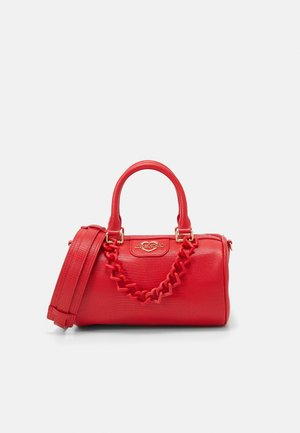 TOP HANDLE CROC BAGUETTE CROSSBODY WITH TONAL CHAIN - Kabelka - rosso
