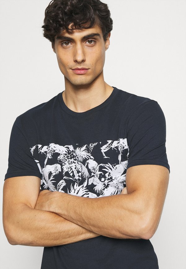 Pier One T-shirt z nadrukiem - dark blue/granatowy Odzież Męska WFDR