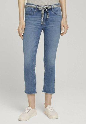 MIT BINDEGÜRTEL - Slim fit jeans - used light stone blue denim