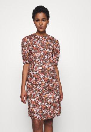 PCIRIS DRESS TALL - Denní šaty - black/picante flower