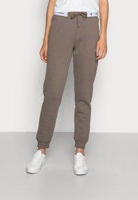 Calvin Klein Jeans - TRACK PANT - Teplákové kalhoty - dusty brown - 0