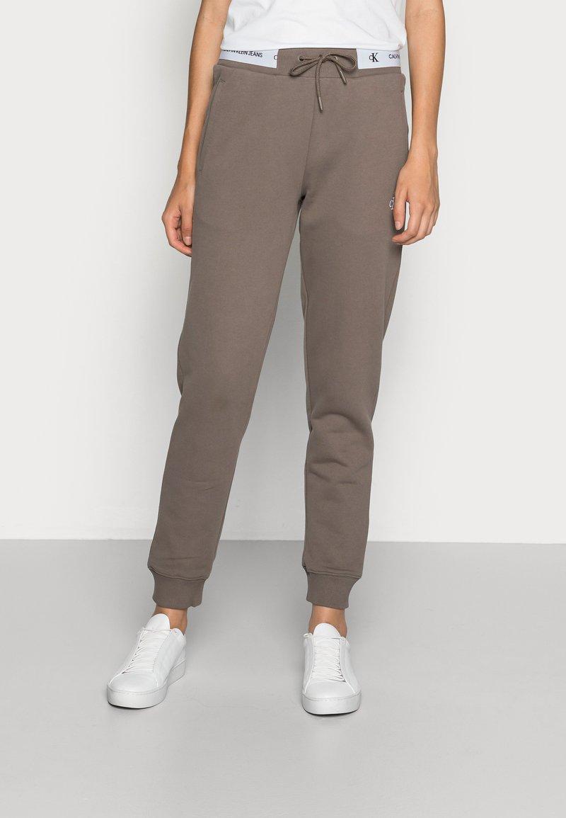 Calvin Klein Jeans - TRACK PANT - Teplákové kalhoty - dusty brown