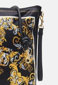 Versace Jeans Couture - SHOULDER FLATBANDANA BAG - Torba na zakupy - black/yellow - 4
