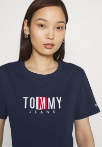 Tommy Jeans - REGULAR TIMELESS BOX TEE - T-shirt con stampa - twilight navy - 3