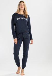 Tommy Hilfiger - ICONIC TRACK PANT - Pyjama bottoms - navy blazer - 1