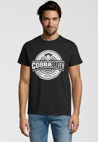 COBRAELEVEN - Print T-shirt - black - 0