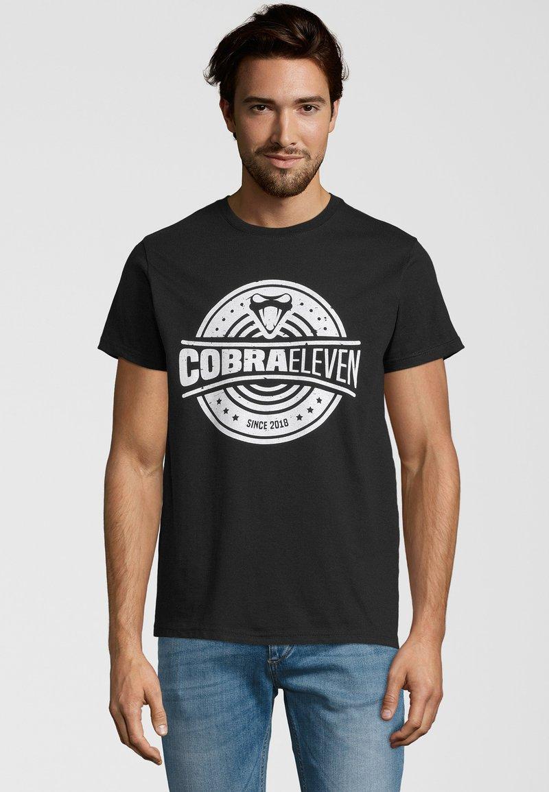 COBRAELEVEN - Print T-shirt - black