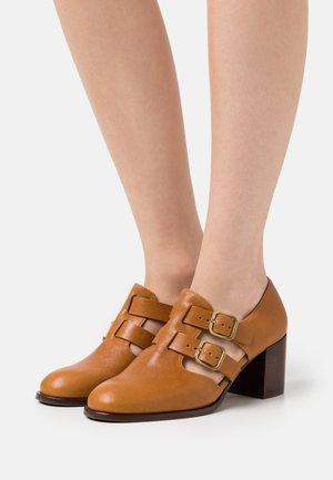 TRACI - Classic heels - barna ocre