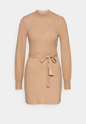 BELTED COZY DRESS - Gebreide jurk - camel brown