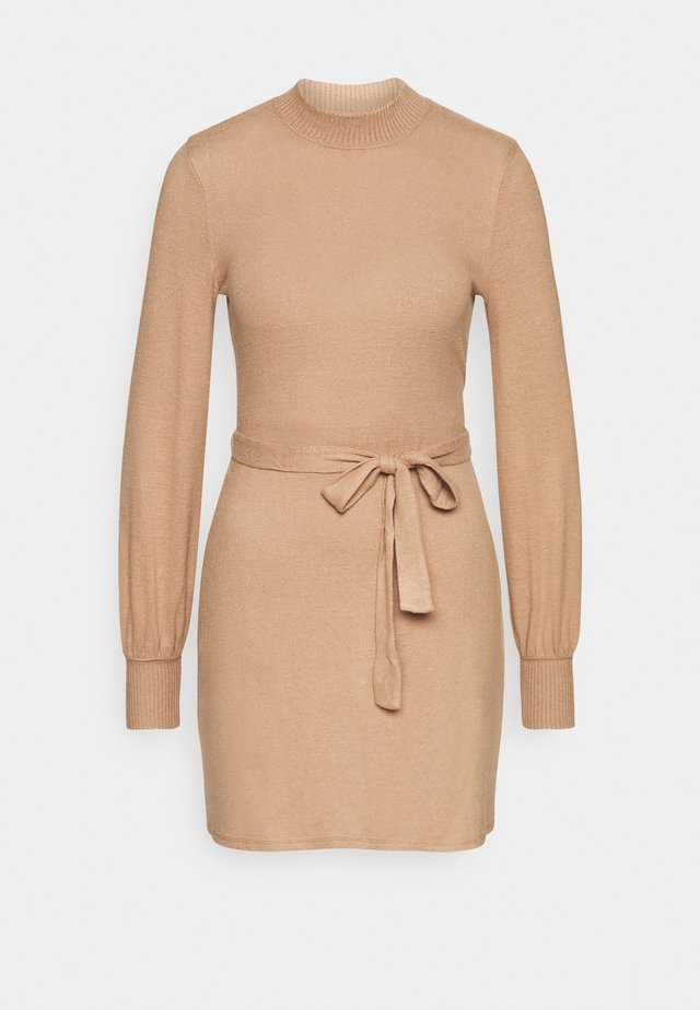 BELTED COZY DRESS - Gebreide jurk - camel brown
