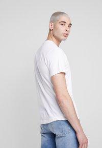 Calvin Klein Jeans - BADGE TURN UP SLEEVE - Basic T-shirt - bright white - 2