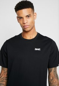 Levi's® - RELAXED GRAPHIC TEE - T-shirt med print - text mineral black - 4