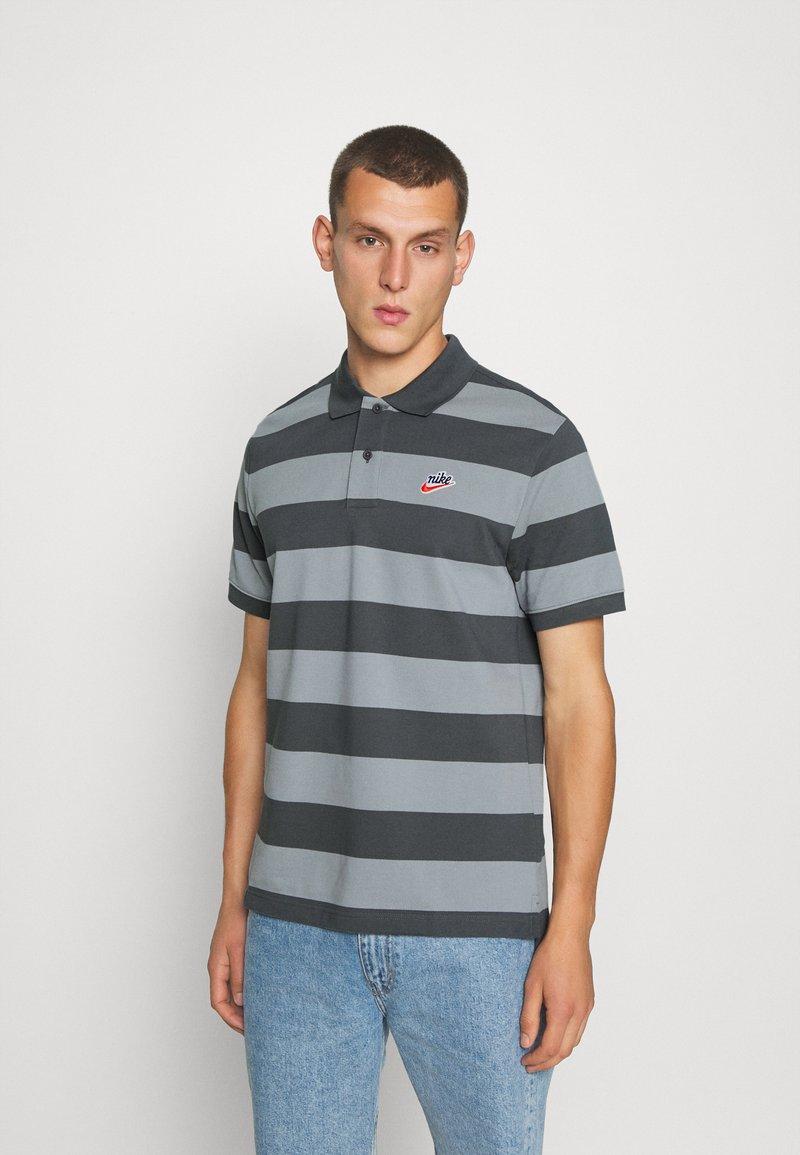 Nike Sportswear - STRIPE - Piké - iron grey/particle grey