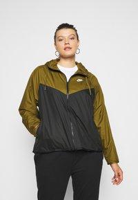 Nike Sportswear - PLUS - Kevyt takki - olive flak/black/white - 0