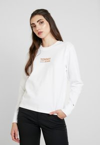 Tommy Jeans - CHEST LONGSLEEVE - Topper langermet - classic white - 0