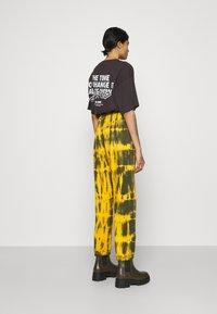 Missguided - TIE DYE JOGGER - Pantalones deportivos - brown - 2