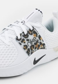Nike Performance - RENEW IN SEASON TR 10 PRM - Zapatillas de entrenamiento - white/black/light bone/wheat - 5