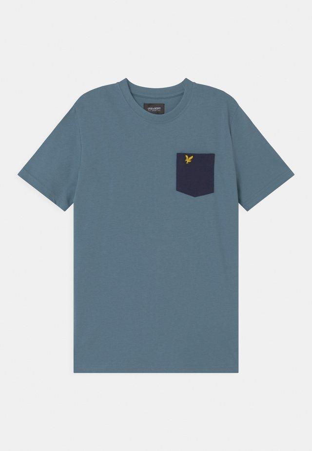 CONTRAST POCKET  - T-shirt print - bluestone