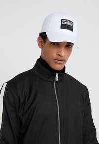 Versace Jeans Couture - VISOR LABEL - Keps - white - 1