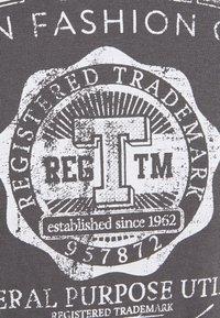 TOM TAILOR - LOGO TEE - T-shirt imprimé - quiet mid grey - 2