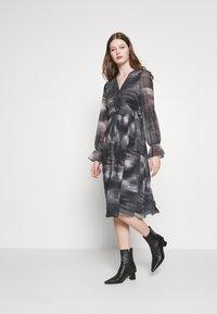 NA-KD - TIE DYE MIDI PLEATED DRESS - Denní šaty - black - 1