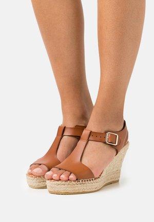 Sandály na platformě - tan
