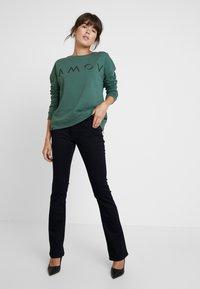 AMOV - ASTRID LOGO - Sweatshirt - bottle green - 1