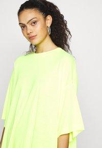 Weekday - HUGE  - Basic T-shirt -  neon yellow - 4