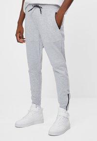 Bershka - Spodnie treningowe - light grey - 0