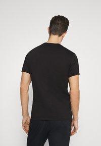 Armani Exchange - T-shirt con stampa - black - 2