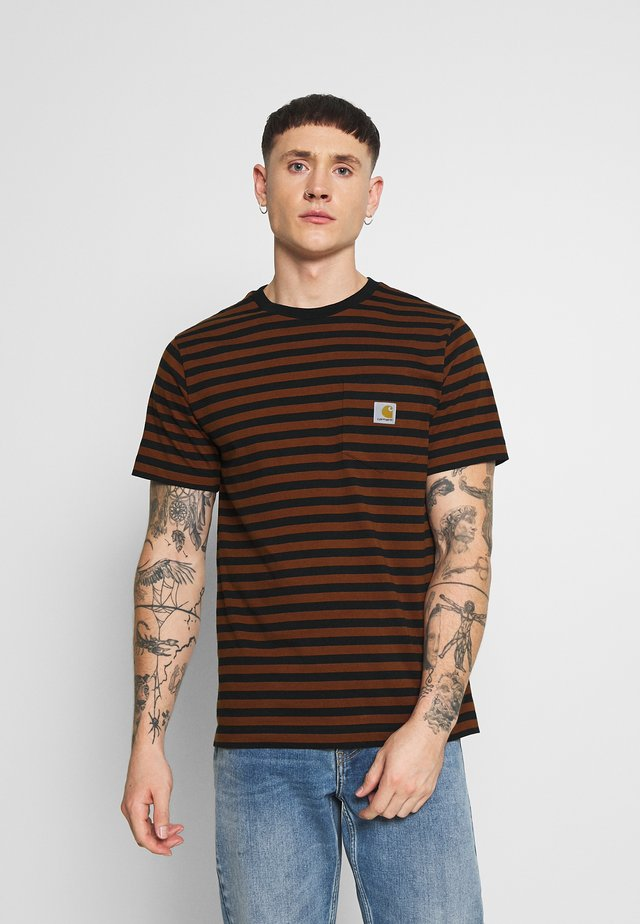 PARKER POCKET - Print T-shirt - black/brandy