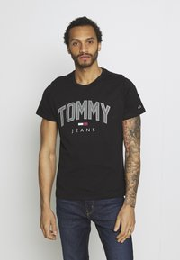 Tommy Jeans - SHADOW TEE UNISEX - T-shirt med print - black - 0