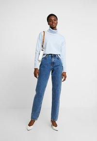 Nudie Jeans - BREEZY BRITT - Jeans straight leg - friendly blue - 1