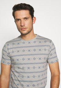 INDICODE JEANS - CANNES - T-shirt med print - grey - 3