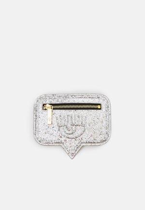 RANGE EYELIKE BAGS - Lommebok - argento