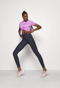 Nike Performance - MILER - T-shirt med print - fuchsia glow/reflective silver - 1