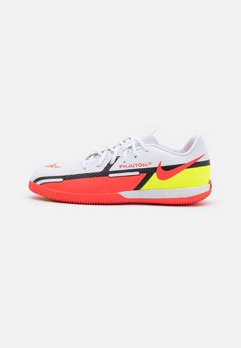 JR. PHANTOM GT2 ACADEMY IC UNISEX - Indoor football boots - white/bright crimson/volt