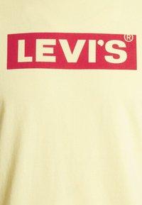 Levi's® - BOXTAB GRAPHIC TEE UNISEX - Camiseta estampada - yellows/oranges - 6